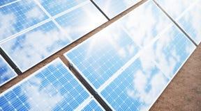 Sonnenkollektoren der Illustration 3D Alternative Energie Konzept der erneuerbarer Energie ?kologische, saubere Energie Sonnenkol stockbild