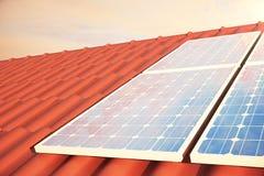 Sonnenkollektoren der Illustration 3D auf einem roten roff, Stromerzeugungstechnologie Alternative Energie Solarbatteriefeldmodul Stockfotos