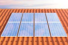 Sonnenkollektoren der Illustration 3D auf einem roten roff, Stromerzeugungstechnologie Alternative Energie Solarbatteriefeldmodul Stockfoto