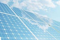 Sonnenkollektoren der Illustration 3D auf Himmelhintergrund Alternative saubere Energie der Sonne Energie, Ökologie, Technologie Lizenzfreie Stockbilder