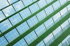 Sonnenkollektoren der Illustration 3D auf Himmelhintergrund Alternative saubere Energie der Sonne Energie, Ökologie, Technologie Stockfotografie