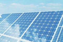 Sonnenkollektoren der Illustration 3D auf Himmelhintergrund Alternative saubere Energie der Sonne Energie, Ökologie, Technologie Stockfoto
