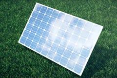 Sonnenkollektoren der Illustration 3D mit Wolken Energie und Strom Alternative Energie, eco oder grüne Generatoren leistung Lizenzfreie Stockfotografie
