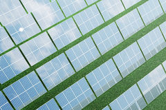 Sonnenkollektoren der Illustration 3D mit Wolken Energie und Strom Alternative Energie, eco oder grüne Generatoren leistung Lizenzfreies Stockbild