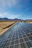 Sonnenkollektoren in der Mojave-Wüste. Stockbild