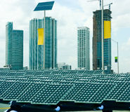Sonnenkollektoren in der Stadt Stockfotografie
