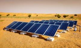 Sonnenkollektoren in der Wüste Stockfotografie