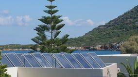 Sonnenkollektoren, die den Sun aufspüren stock video footage