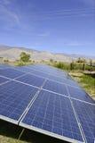 Sonnenkollektoren in einer Wüstenumgebung Lizenzfreie Stockfotos