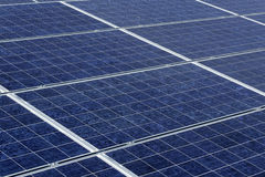 Sonnenkollektoren in einer Wüstenumgebung Stockbilder