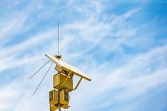 Sonnenkollektoren erzeugen Lichtenergie für autonome Stromversorgung des Radioübermittlers in einem unterschiedlichen Platz Stockbilder