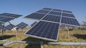 Sonnenkollektoren folgen Richtung der Sonne Sun-Energieverwendung für Strom stock footage