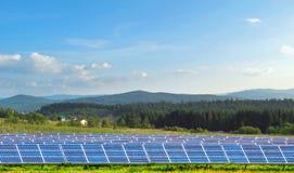 Sonnenkollektoren gegen Berge lizenzfreie stockbilder