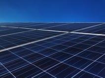 Sonnenkollektoren gegen blauen Himmel stockfotos