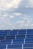 Sonnenkollektoren gegen den Himmel Stockbilder