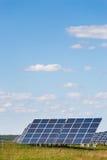 Sonnenkollektoren gegen Hintergrund des blauen Himmels Stockfotos