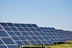 Sonnenkollektoren gegen Hintergrund des blauen Himmels Stockfoto