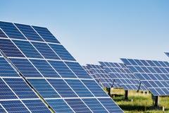 Sonnenkollektoren gegen Hintergrund des blauen Himmels Lizenzfreies Stockfoto
