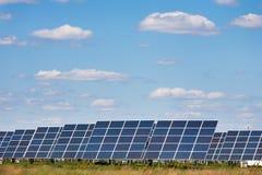 Sonnenkollektoren gegen Hintergrund des blauen Himmels Stockbild