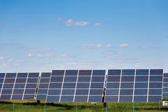 Sonnenkollektoren gegen Hintergrund des blauen Himmels Lizenzfreies Stockbild