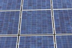 Sonnenkollektoren im Gitter Lizenzfreie Stockfotos