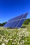 Sonnenkollektoren im Grün Stockbild