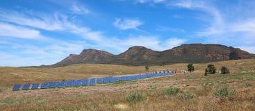 Sonnenkollektoren im Hinterland lizenzfreies stockbild
