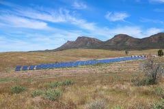 Sonnenkollektoren im Hinterland lizenzfreies stockfoto