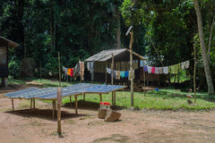 Sonnenkollektoren im Yard nahe bei der afrikanischen Hütte (die Republik Kongo) Lizenzfreie Stockfotos