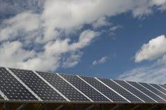 Sonnenkollektoren mit blauem Himmel und Wolken Stockfotografie