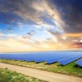 Sonnenkollektoren mit dem Himmel des Sonnenuntergangs Stockfotografie