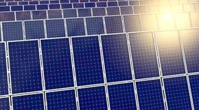 Sonnenkollektoren oder Sonnenkollektoren, die in Richtung zum Himmel in der Front vorangehen Lizenzfreie Stockbilder