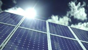 Sonnenkollektoren oder Sammler vor blauem Himmel mit Wolken im Sonnenlicht Stockfotos