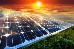 Sonnenkollektoren, photovoltaics - alternative Stromquelle lizenzfreie stockbilder