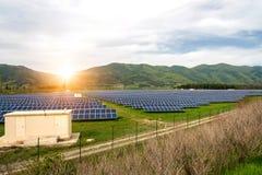 Sonnenkollektoren, photovoltaics, alternative Stromquelle Ansicht einer Solarstation an den Vorbergen eines Berges lizenzfreies stockbild