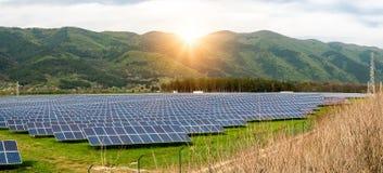 Sonnenkollektoren, photovoltaics, alternative Stromquelle Ansicht einer Solarstation an den Vorbergen eines Berges stockbilder