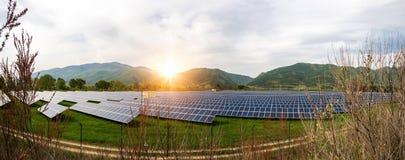 Sonnenkollektoren, photovoltaics, alternative Stromquelle Ansicht einer Solarstation an den Vorbergen eines Berges lizenzfreies stockfoto