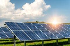 Sonnenkollektoren, photovoltaics, alternative Stromquelle - Konzept von stützbaren Betriebsmitteln lizenzfreies stockbild