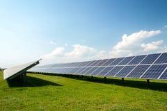 Sonnenkollektoren, photovoltaics, alternative Stromquelle - Konzept von stützbaren Betriebsmitteln lizenzfreie stockfotos