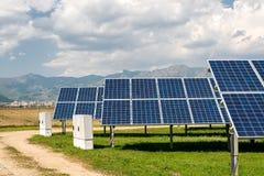 Sonnenkollektoren, photovoltaics, alternative Stromquelle - Konzept von stützbaren Betriebsmitteln lizenzfreie stockbilder