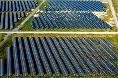 Sonnenkollektoren, Solarbauernhöfe lizenzfreies stockbild