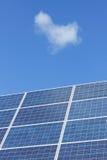 Sonnenkollektoren und blauer Himmel Lizenzfreies Stockbild