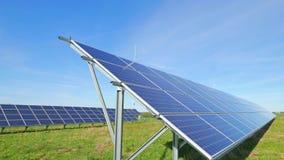 Sonnenkollektoren und ländliche Landschaft stock video