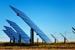 Sonnenkollektoren und Windkraftanlagen lizenzfreie stockfotografie