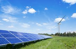 Sonnenkollektoren und Windturbine stockfotos