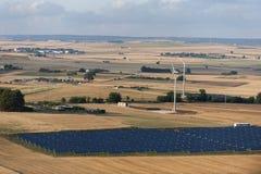 Sonnenkollektoren und Windturbinen Stockfoto