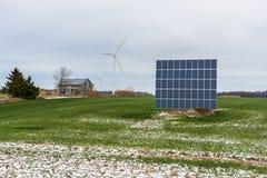 Sonnenkollektoren und Windturbinen auf einem Gebiet Lizenzfreies Stockbild