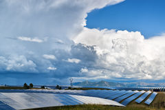Sonnenkollektoren und Wolken Stockbilder