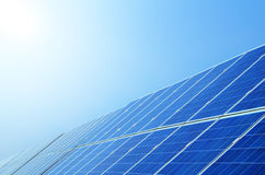 Sonnenkollektoren unter Himmel lizenzfreies stockfoto