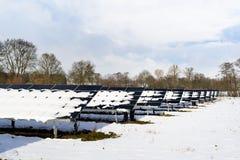 Sonnenkollektorfeld mit Schnee Lizenzfreies Stockfoto